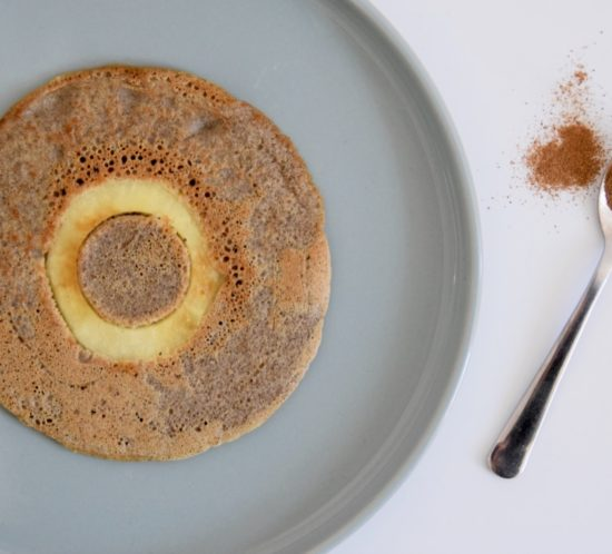 Appel-kaneel pannenkoek van bakbananenmeel