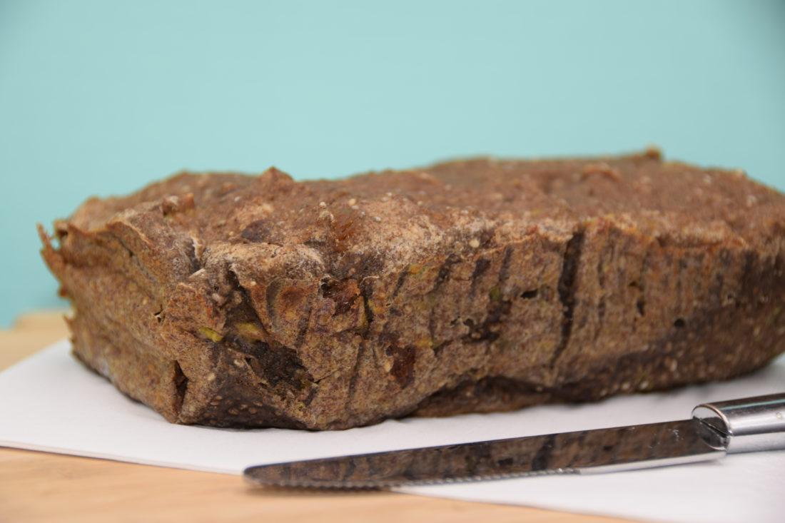 Vegan en glutenvrij bananenbrood van bakbananenmeel