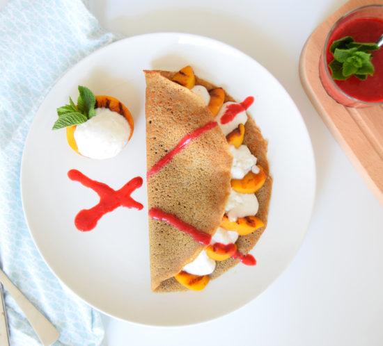 Glutenvrije pannenkoek met gegrilde perzik en ijs